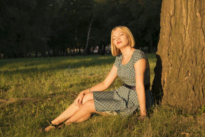 俏丽女孩的公园 免版税图库摄影