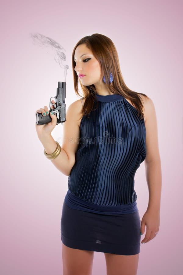 俏丽女孩的枪 免版税库存图片