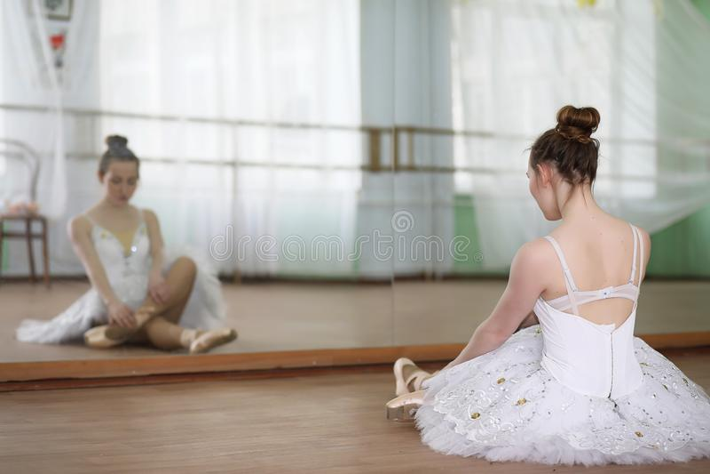 俏丽女孩跳芭蕾舞者实践 图库摄影