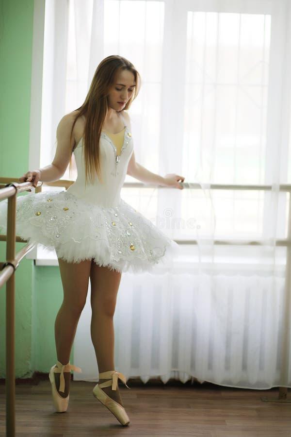 俏丽女孩跳芭蕾舞者实践 免版税库存照片