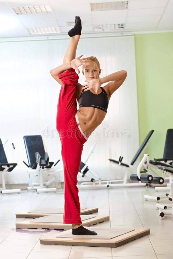 俏丽女性体操运动员摆在 免版税库存图片