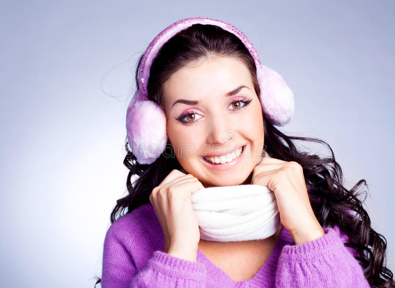 俏丽御寒耳罩的女孩 库存照片
