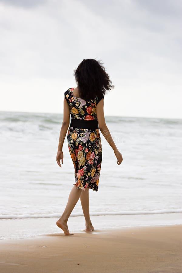 俏丽海滩的女孩 免版税库存照片
