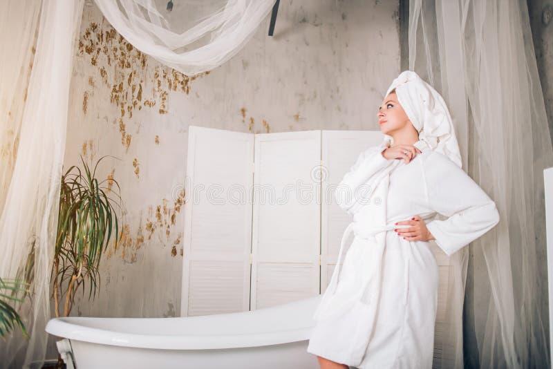 俏丽的亭亭玉立的白种人妇女在卫生间里 免版税库存图片