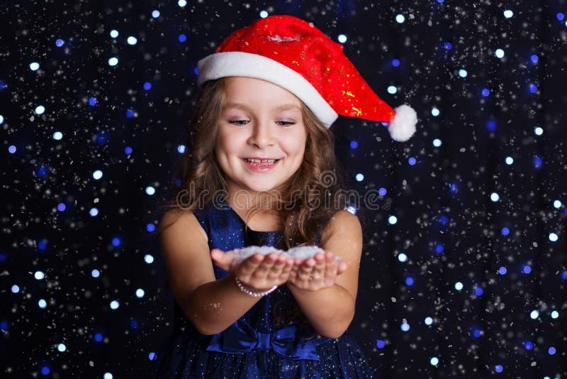 Download 俏丽的儿童女孩在手上看雪 库存照片. 图片 包括有 童年, 表面, 圣诞节, 少许, 方式, 帽子, 相当 - 62536962