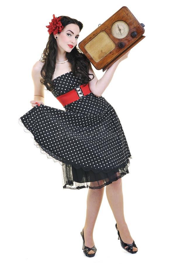 俏丽的在收音机的女孩听的音乐 免版税库存图片