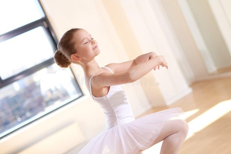 俏丽的在演播室的芭蕾女孩实践的舞蹈 免版税库存照片