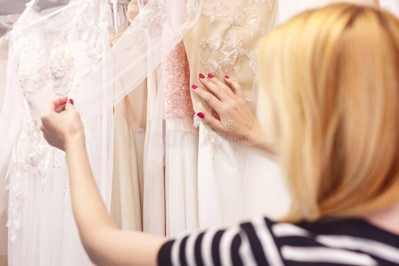 俏丽的夫人有新娘婚装宽选择  库存图片