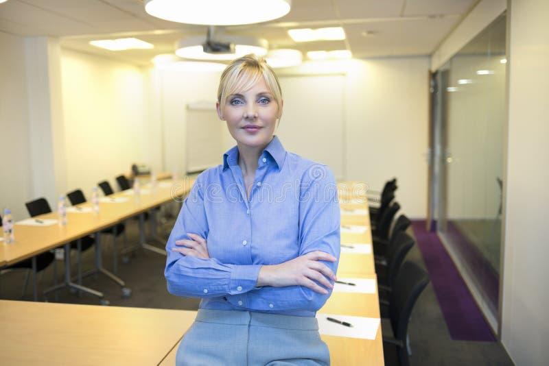 俏丽的女商人画象在会议室 免版税图库摄影