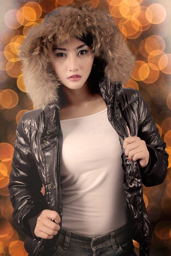 俏丽的女孩佩带的冬天衣裳 免版税图库摄影