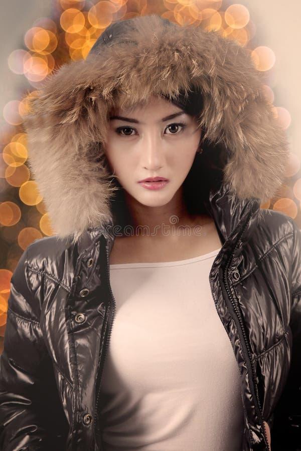 俏丽的女孩佩带的冬天衣裳 库存图片