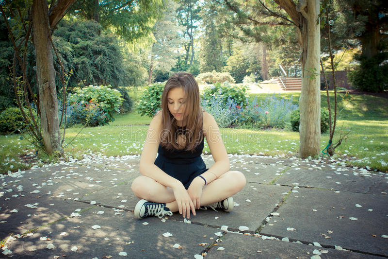 俏丽的女孩在庭院里 免版税图库摄影