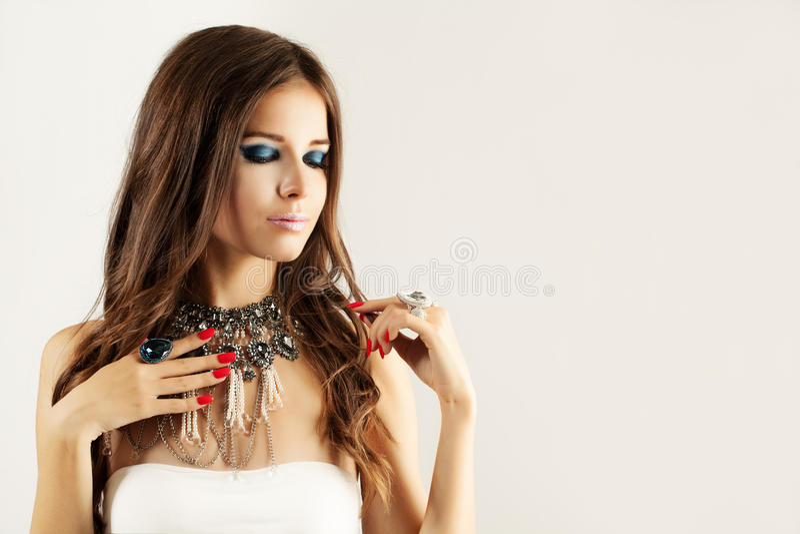 俏丽的女孩时装模特儿 首饰钻戒和项链 免版税图库摄影