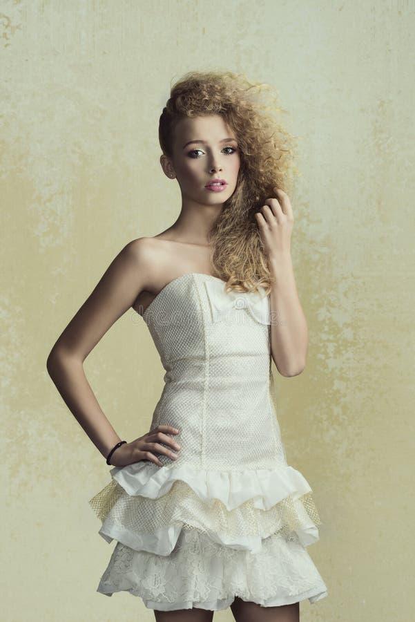 俏丽的女孩狂放的头发 免版税库存图片
