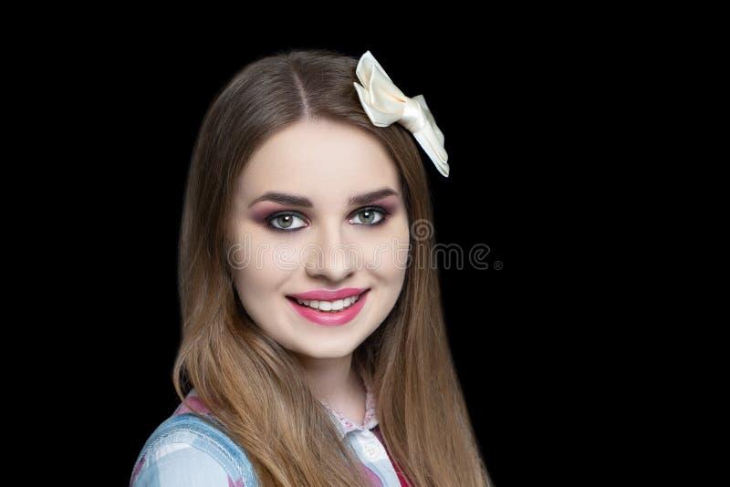 俏丽的女孩设计弓别针发型 免版税库存照片