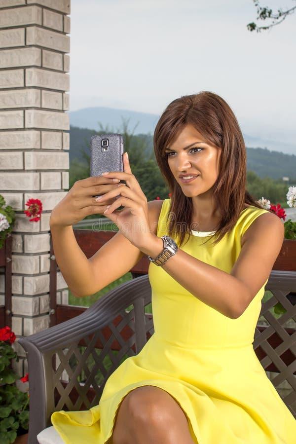 俏丽的女孩采取自画象 免版税库存图片