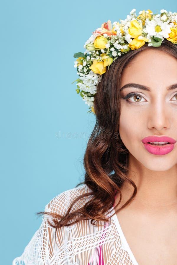 俏丽的女孩面孔佩带的花花圈的播种的图象 免版税库存图片