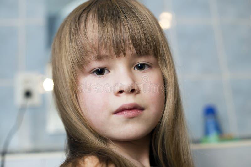 俏丽的女孩面孔画象、孩子有美丽的眼睛的和长的湿公平的头发在卫生间被弄脏的背景  库存照片