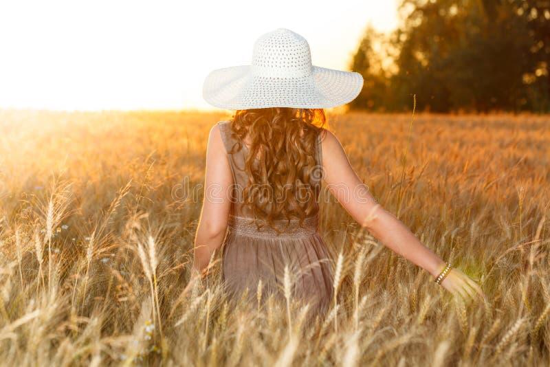 年轻俏丽的女孩画象在明亮的帽子穿戴了 库存图片