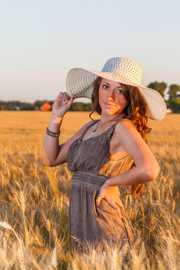 年轻俏丽的女孩画象在明亮的帽子穿戴了 免版税图库摄影