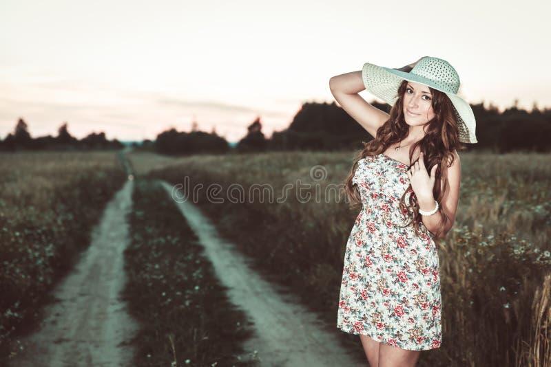 年轻俏丽的女孩画象在明亮的帽子穿戴了 图库摄影