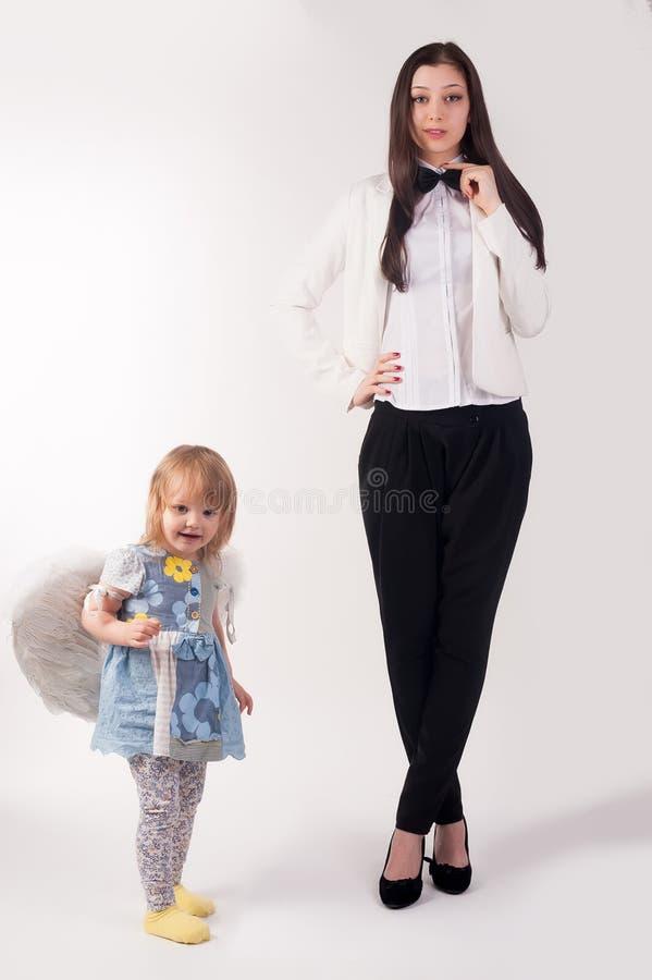 年轻俏丽的女实业家和她的女儿 库存图片