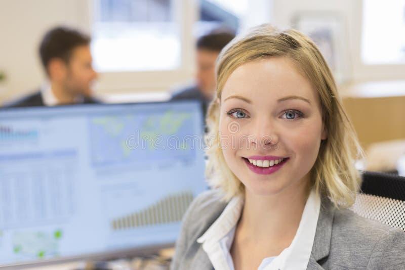 俏丽的女实业家画象在现代办公室 看camer 免版税库存照片