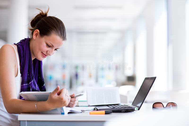 Download 俏丽的女性大学生在图书馆里 库存照片. 图片 包括有 了解, beauvoir, 偶然, 女性, 大使, 逗人喜爱 - 22354024