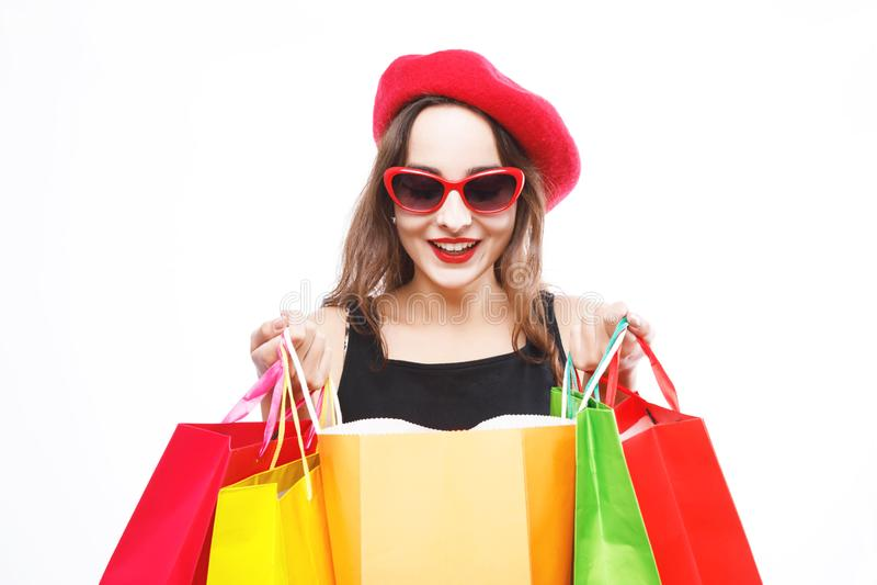 俏丽的妇女偷看入购物袋 图库摄影