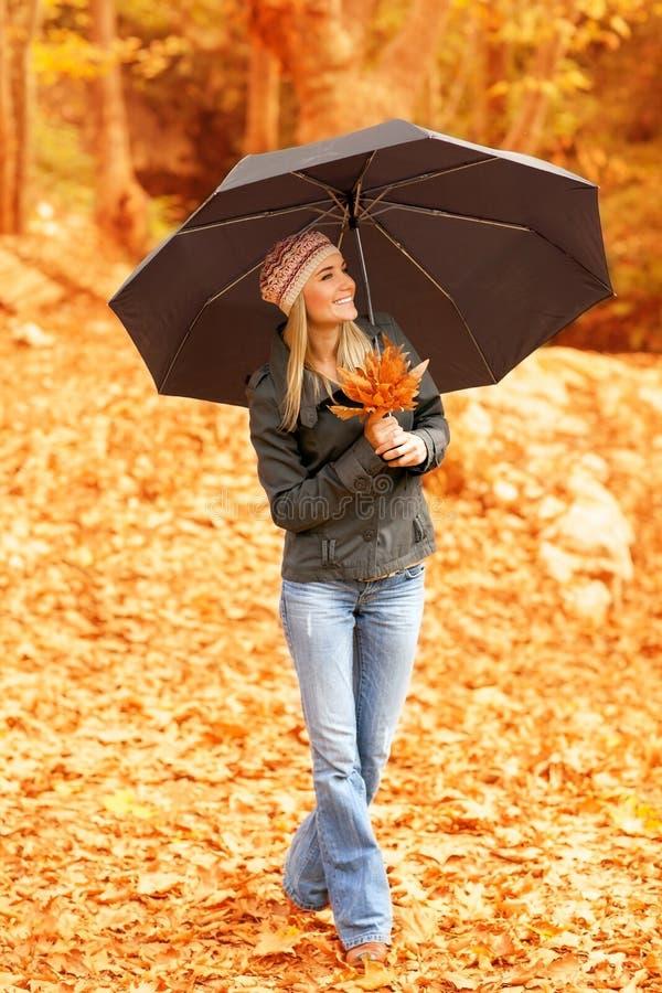 俏丽的妇女在伞下 库存照片