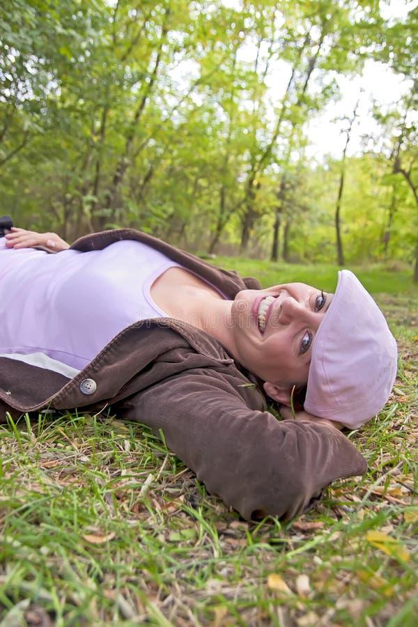 年轻俏丽的妇女在森林里 库存照片