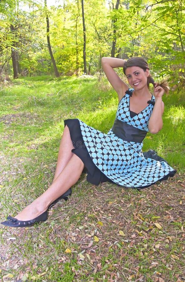 年轻俏丽的妇女在森林里 图库摄影