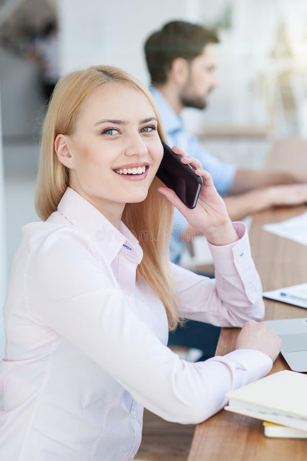 俏丽的妇女在电话谈话 图库摄影