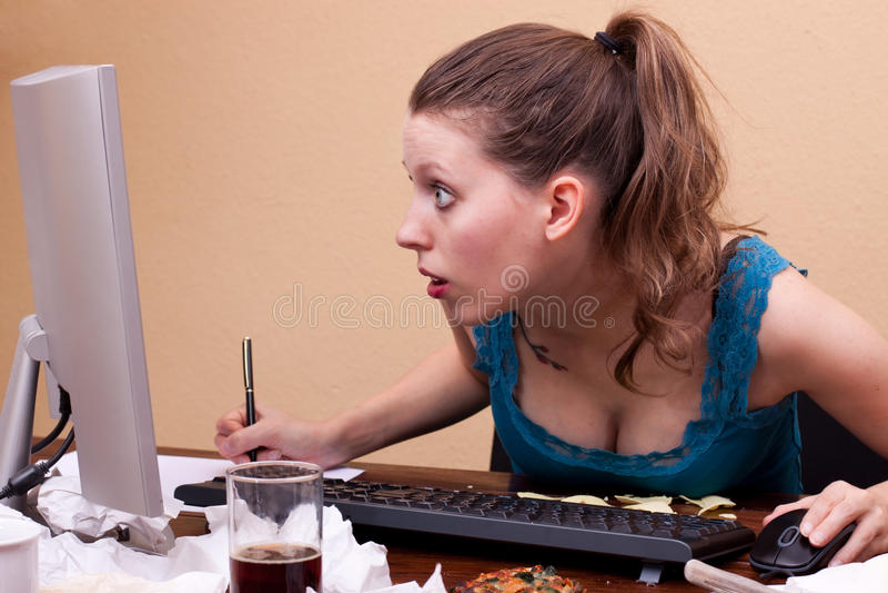 俏丽的妇女在监控程序前面了解 免版税库存照片