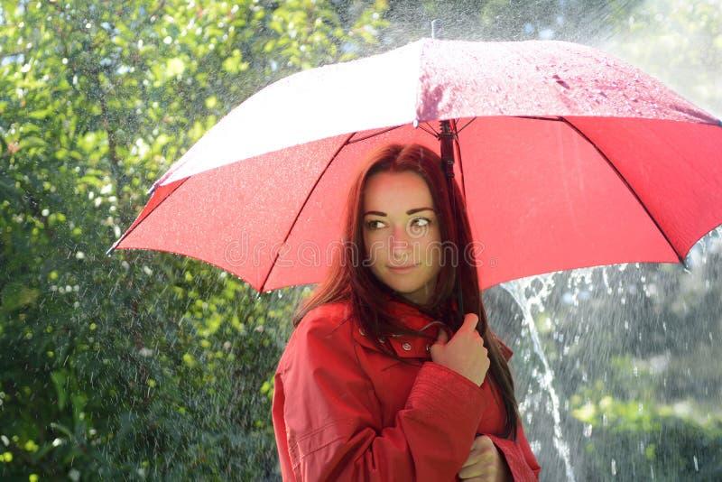 俏丽的妇女在雨中 库存照片