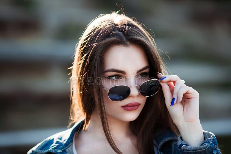 年轻俏丽的妇女室外时尚特写镜头画象在街道上的夏天晴天 免版税库存图片