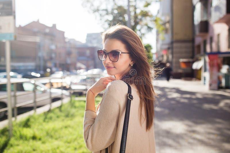 年轻俏丽的妇女室外时尚画象 美丽的女孩便服和太阳镜 库存照片