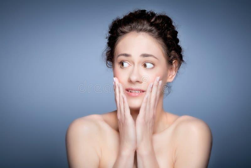 年轻俏丽的妇女害怕的面孔表示 免版税库存照片
