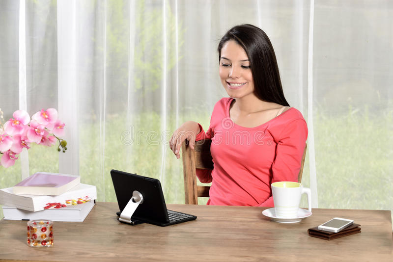 年轻俏丽的妇女工作在家庭办公室 库存图片