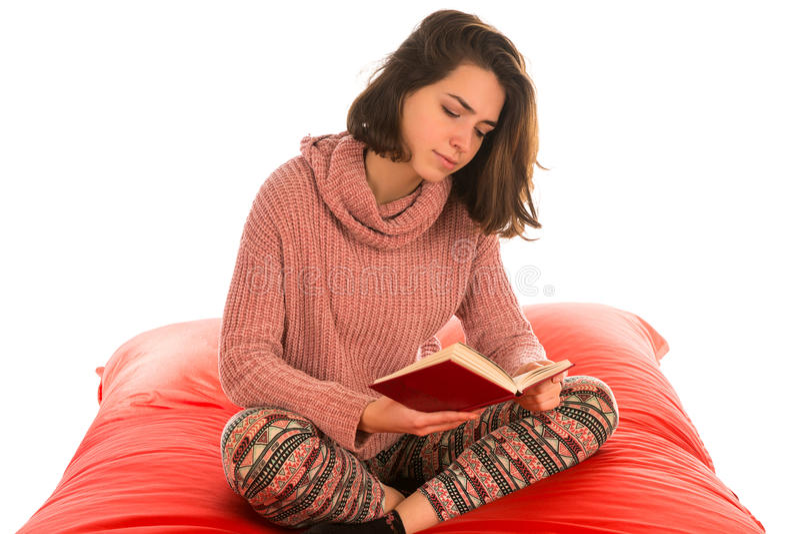 俏丽的妇女开会和读书在红场的一本书塑造了bea 免版税图库摄影