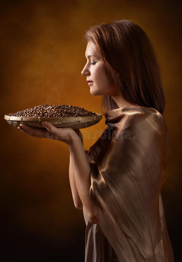 年轻俏丽的妇女用咖啡豆 库存照片