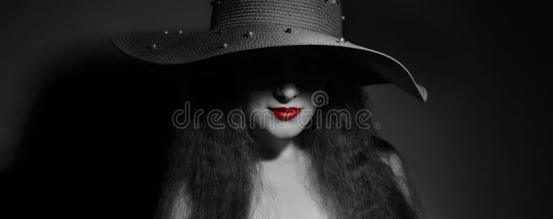俏丽的妇女画象帽子的 免版税库存照片