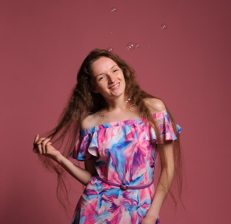 俏丽的妇女画象桃红色礼服的 图库摄影