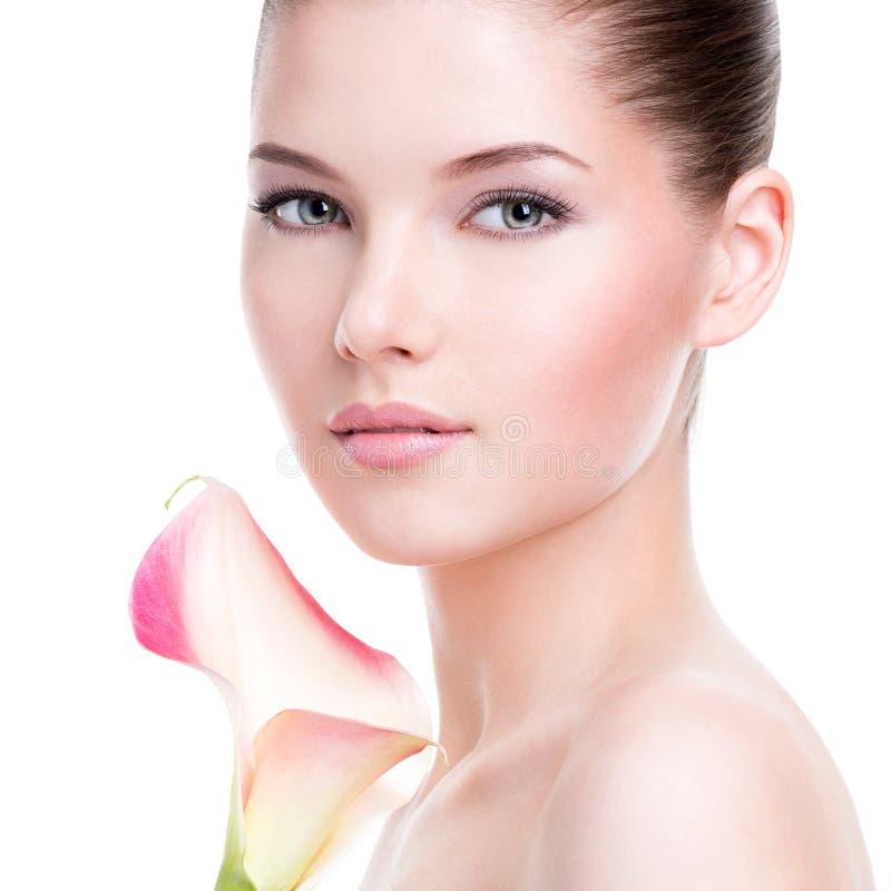 年轻俏丽的妇女的美丽的面孔有健康皮肤的 免版税图库摄影