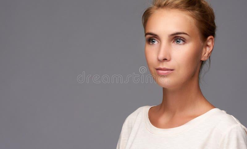 俏丽的妇女秀丽画象有完善的皮肤的 免版税图库摄影