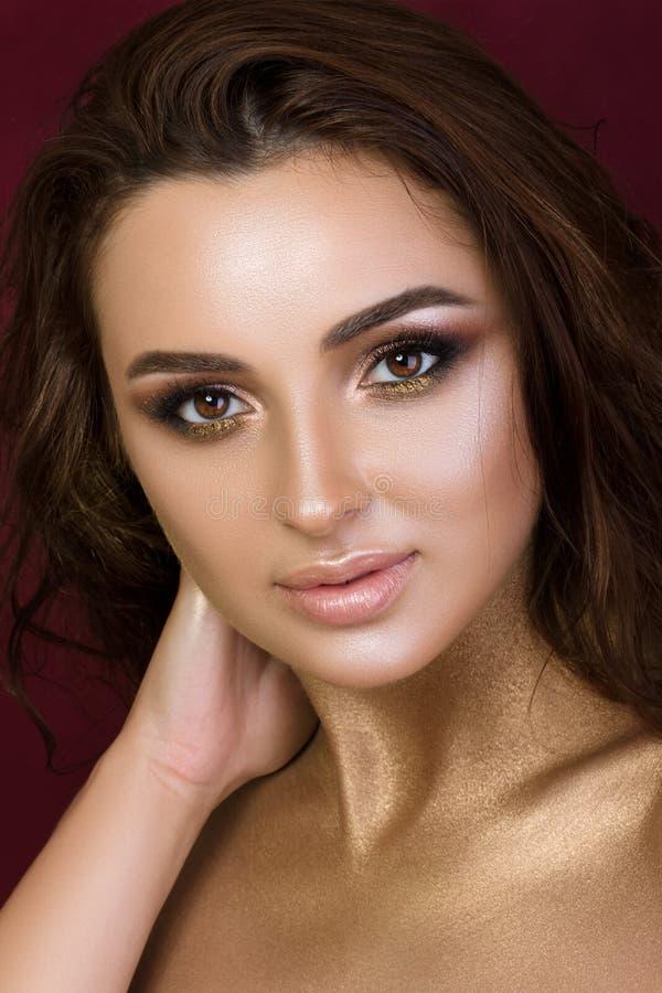 年轻俏丽的妇女秀丽画象有时尚构成的 库存照片