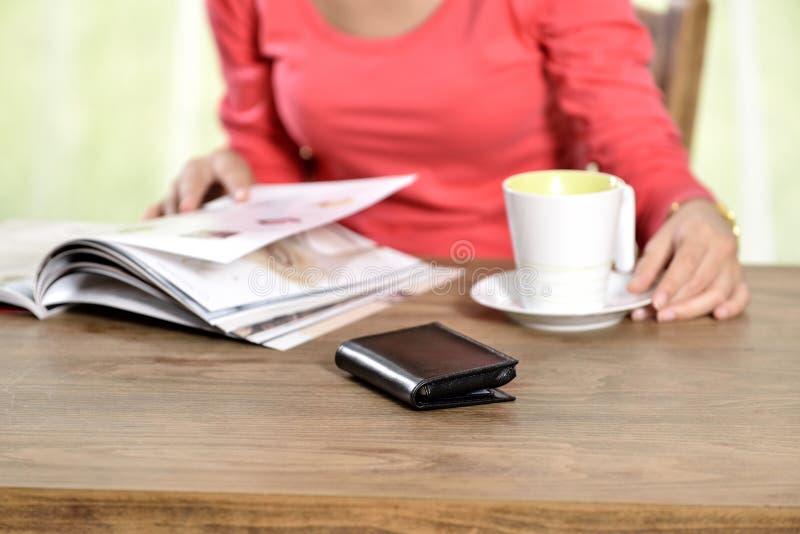 年轻俏丽的妇女阅读书 免版税库存图片