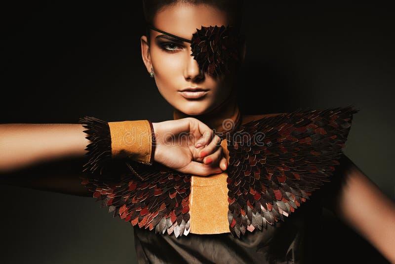 俏丽的妇女画象有创造性的眼罩的 免版税库存图片