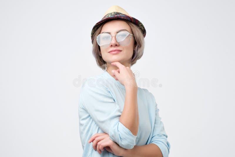 俏丽的年轻白种人妇女画象太阳镜和帽子的 库存照片