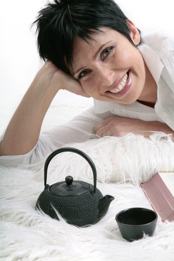 俏丽的微笑的妇女年轻人 免版税库存图片